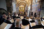 Nederland, Roermond, 23-4-2004Een koor,kerkkoor zingt in de kerk van RolDucFoto: Flip Franssen/Hollandse Hoogte