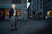 Das ehemalige Verdingkind Marie Reichen vor dem Rathaus Bern. © Adrian Moser.