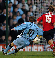 Fotball<br /> FA Cup England 2004/2005<br /> 3. runde<br /> 08.01.2005<br /> Foto: SBI/Digitalsport<br /> NORWAY ONLY<br /> <br /> Coventry City v Crewe Alexandra.<br /> <br /> Coventry's Gary McSheffrey (L) scores his second and Coventry's third goal of the match.