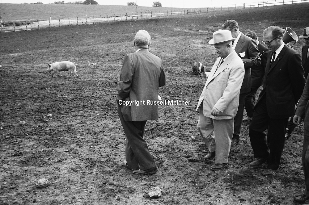 1959. Khrushchev on Garst's farm.<br /> <br /> 1959. Khrouchtchev sur la ferme de Garst