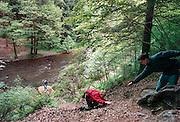 Belgie, Ardennen, 30-9-1998..Survival weekend. teambuilding, samenwerking, bedrijfsactiviteit. Het oversteken van een rivier met een katrol. Angs overwinnen..Foto: Flip Franssen/Hollandse Hoogte