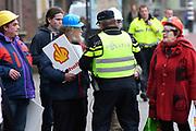 Koninklijke familie arriveert bij de Oosterpoort voor het Koningsdagconcert<br /> <br /> Royal family arrives at the Oosterpoort for the King's Day concert<br /> <br /> Op de foto / On the photo:  Demonstranten bij de Oosterpoort voor het Koningsdagconcert.  /// Demonstrators at the Oosterpoort for the King's Day concert.