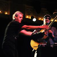 Nederland, Amsterdam , 11 mei 2011..Raul Midón is een blinde zanger, gitarist en songwriter afkomstig uit New Mexico. In zijn unieke stijl, die invloeden kent vanuit de jazz, blues, soul, r&b en folkmuziek, combineert Raul Midón zang, ritmisch gitaarspel en a capella klanken om zo een eenmansperformance neer te zetten. Raul Midón viel tijdens het North Sea Jazzfestival in 2007, waar hij in 2006 voor het eerst optrad, zeer in de smaak bij het publiek mede door het met de mond imiteren van een trompet..Op de foto Raoul Midon tegen het einde van zijn concert in een volstrekt verduisterde  Paradiso..Foto:Jean-Pierre Jans