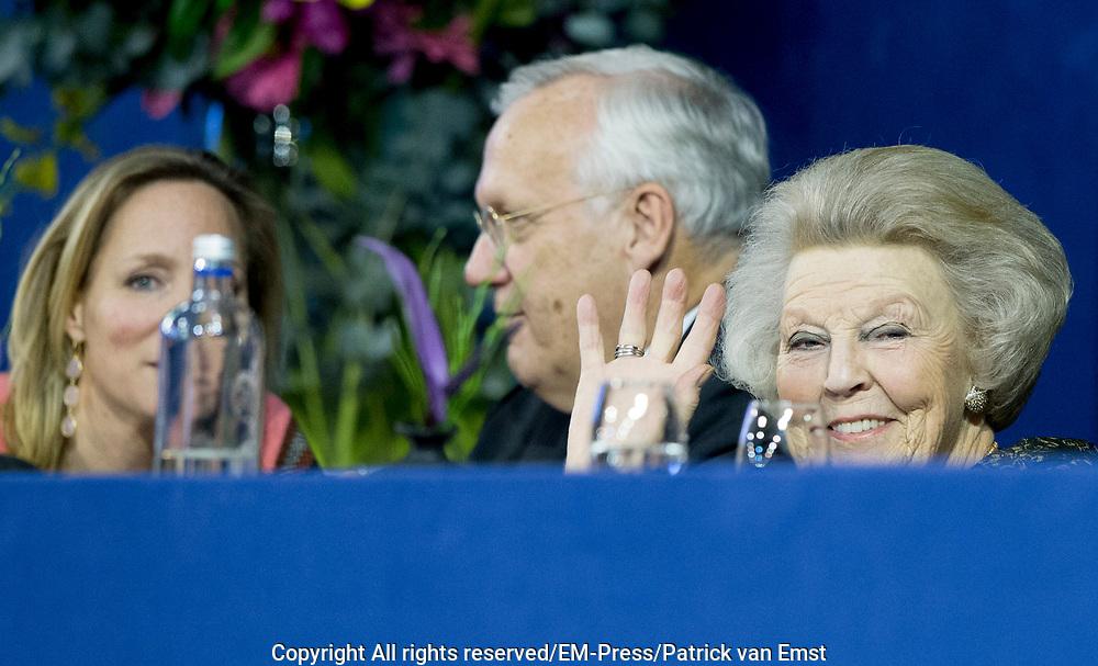 Prinses Beatrix is samen met prinses Margarita Bourbon de Parme in het publiek tijdens het paardenevenement Jumping Amsterdam in de RAI.<br /> <br /> Princess Beatrix with Princess Margarita Bourbon de Parme in the audience during the horse jumping event in Amsterdam RAI.<br /> <br /> Op de foto / On the photo: Prinses Beatrix
