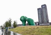 """Nedereland, Venlo, 11-10-2013Het glazen standbeeld De """"Sfinx"""" op de kop van Weerd.   Het kunstwerk van Scheuten glas is vandaag onthuld.Het beeld  is een ontwerp van kunstenaar Fons Schobbers en is door de Jacques en Ellen Scheuten Foundation geschonken aan de stad Venlo. Foto: Flip Franssen/Hollandse Hoogte"""