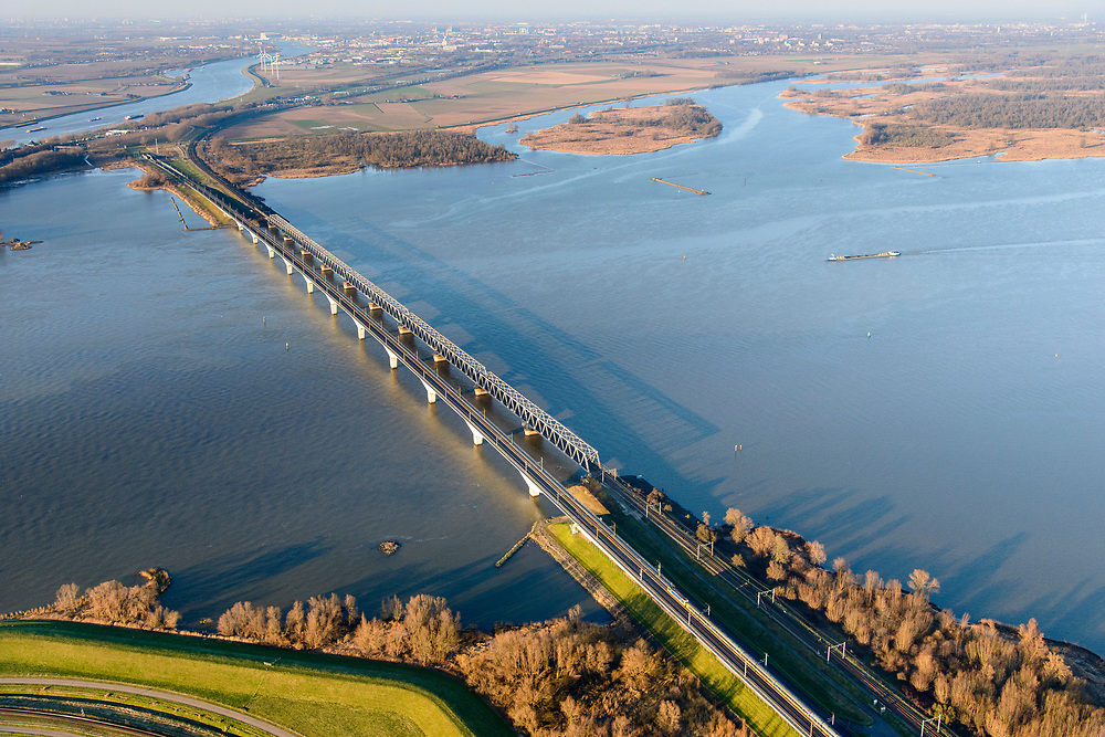 Nederland, Zuid-Holland, Hollands Diep, 07-02-2018; Hollandsch Diep, de grens tussen Brabant en Zuid-Holland met spoorbruggen: HSL-brug en de Moerdijkspoorbrug. <br /> Railwaybridges across Hollandsch Diep.<br /> luchtfoto (toeslag op standard tarieven);<br /> aerial photo (additional fee required);<br /> copyright foto/photo Siebe Swart