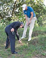 ZANDVOORT -  . Een referee met James Morrison, KLM OPEN golf 2015. COPYRIGHT KOEN SUYK