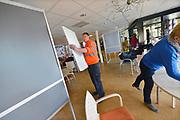 Nederland, Nijmegen, 14-3-2017 Medewerkers van de gemeentewerf van Nijmegen plaatsen stemhokjes op verschillende locaties waar stembureaus moeten komen. Hier in een zorgcentrum. Verkiezingen voor de tweede kamer, parlement. Netherlands, general elections. Foto: Flip Franssen