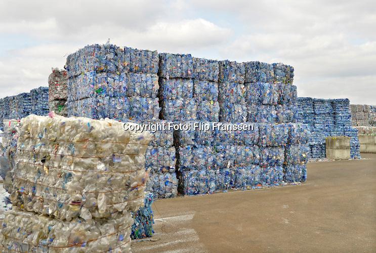 8-4-2020 Op een bedrijfsterrein worden plastic flessen, petflessen, en plastic verpakking opgeslagen en later verwerkt tot kunststof korrels en vezels die weer kunnen worden gebruikt voor de fabrikage van nieuwe produkten.  Foto: ANP/ Hollandse Hoogte/ Flip Franssen