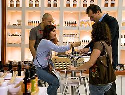 Demonstração de produto em um dos estandes da Hair Brasil 2008, maior evento de beleza da América Latina, realizado no Expo Center Norte, na zona norte de São Paulo. FOTO: J. R. Comodo / Preview.com