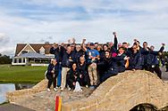 08-10-2017 - Foto van de finaledag van de Dutch Masters 2017, een European Senior Tour Event. Gespeeld op The Dutch in Spijk van 6 t/m 8 oktober.  Winnaar Clark Dennis met de vrijwilligers