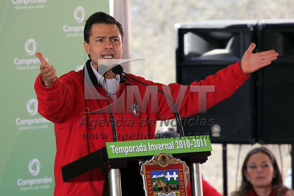 TENANGO DEL VALLE, México.- Enrique Peña Nieto, Gobernador del Estado de México, entrego paquetes de invierno a familias de la zona alta de Tenango del Valle, donde extendió una felicitación a todos los mexiquenses por el día de la navidad y les deseo un prospero año nuevo, en su última gira del año 2010. Agencia MVT / José Hernández. (DIGITAL)