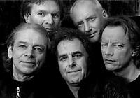 De BINTANGS, de  oudste (42 jaar) rockband van Nederland<br />in de nieuwe bezetting na het overlijden van drummer Kees Brouwer. vlnr Gus Pleines (zang, mondorgel), Jan Wijte (gitaar, dwarsfluit), Frank Kraaijeveld (bas, zang), Burt van der Meij (drums), Jack van Schie (gitaar).