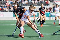 AMSTELVEEN -  Daphne Nikkels (Oranje Rood) met Noor de Baat (Amsterdam)  tijdens de hockey hoofdklasse competitiewedstrijd  dames, Amsterdam-Oranje Rood(2-1).  COPYRIGHT KOEN SUYK
