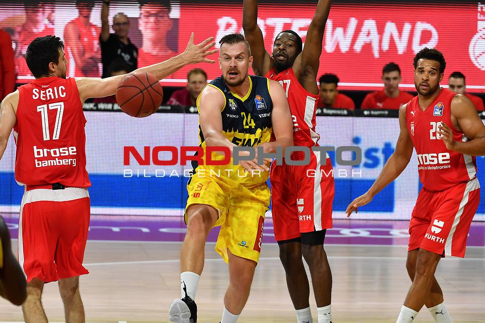 Rasid MAHALBASIC (OL),<br /> Aktion,Zweikampf gegen <br /> Mateo SERIC (BA,li) und <br /> Jordan CRAWFORD (BA).<br /> <br /> Basketball 1.Bundesliga,BBL, nph0001-Finalturnier 2020.<br /> Viertelfinale am 18.06.2020.<br /> <br /> BROSE BAMBERG-EWE BASKETS OLDENBURG,<br /> Audi Dome<br /> <br /> Foto:Frank Hoermann / SVEN SIMON / /Pool/nordphoto<br /> <br /> National and international News-Agencies OUT - Editorial Use ONLY