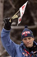 Bildnummer: 01871542  Datum: 04.01.2006 Hopp<br /> Nationaltrainer Mika Kojonkoski (Norwegen) gibt das Startsignal; Nordischer Skisport, Vdig, hoch, Trainer, Coach, Nationalcoach, Fähnchen, Startfähnchen, Startzeichen Vierschanzentournee 2005/2006,