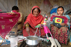 A Pakistani woman (C) cooks food for her family at a makeshift tent ahead of International Women's Day in eastern Pakistan's Lahore on March 7, 2015. International Women's Day is marked every March 8 to celebrate achievements of women. EXPA Pictures © 2015, PhotoCredit: EXPA/ Photoshot/ Sajjad<br /> <br /> *****ATTENTION - for AUT, SLO, CRO, SRB, BIH, MAZ only*****