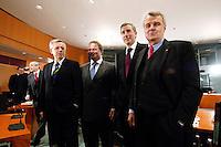03 APR 2006, BERLIN/GERMANY:<br /> Dr. Klaus Rauscher, Vorstandsvorsitzender Vattenfall Europe AG, Prof. Dr. Utz Claassen, Vorstandsvorsitzender EnBW Energie Baden-Wuerttemberg, Harry Roels, Vorstandsvorsitzender RWE AG, und Dr. Wulf H. Bernotat, vorstandsvorsitzender E.ON Aktiengeselschaft, (v.L.n.R.), vor Beginn des Energiepolitischen Spitzengespraechs, Internationaler Konferenzsaal, Bundeskanzleramt<br /> IMAGE: 20060403-03-023<br /> KEYWORDS: Spitzengespräch, Energiegipfel