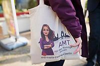 Berlin, 23.09.2021: Ana-Maria Trasnea, SPD-Bundestagskandidatin im Wahlkreis Treptow-Köpenick, trägt einen Stoffbeutel mit einem Bild von ihr bei einem Termin in Köpenick.