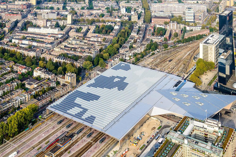 Nederland, Zuid-Holland, Rotterdam, 28-09-2014; dak en spoor van het gerenoveerde en volkomen vernieuwde station van Rottterdam, Rotterdam CS. Achter het station de Provenierswijk. Het spoorwegstation, bijnaam De Kapsalon is ontworpen door Benthem Crouwel Architekten.<br /> The roof of the completely renovated railway station Rottterdam, Rotterdam Central (Benthem Crouwel architects) and is nicknamed The Hair Salon. <br /> luchtfoto (toeslag op standard tarieven);<br /> aerial photo (additional fee requi