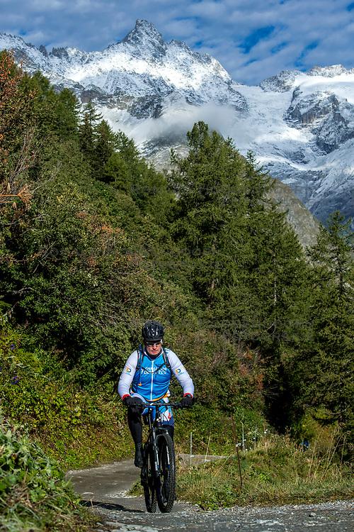 15-09-2017 ITA: BvdGF Tour du Mont Blanc day 6, Courmayeur <br /> We starten met een dalende tendens waarbij veel uitdagende paden worden verreden. Om op het dak van deze Tour te komen, de Grand Col Ferret 2537 m., staat ons een pittige klim (lopend) te wachten. Na een welverdiende afdaling bereiken we het Italiaanse bergstadje Courmayeur. Jan