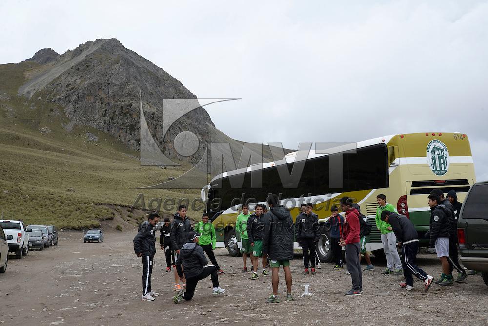 Toluca, México.- Los Potros de la UAEM de Tercera División realizan trabajo especial de altura en el Nevado de Toluca, a más de 3,800 metros sobre el nivel del mar,  con miras de alcanzar el nivel físico deseado antes el arranque de torneo. Agencia MVT / Crisanta Espinosa