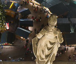 THEMENBILD Christkindlmarkt am Wiener Rathausplatz. Das Bild wurde am 19. Dezember 2013 aufgenommen. im Bild Statue ueber den Marktstaenden // THEMES PICTURE - Christmas Market at the Viennese City Hall Square. The image was taken on december, 19th, 2013. Picture shows statue above Christmas Market, AUT, EXPA Pictures © 2013, PhotoCredit: EXPA/ Michael Gruber