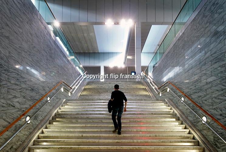 Nederland, Breda, 7-4-2019 In het station van Breda .Glanzende trappartijFoto: Flip Franssen