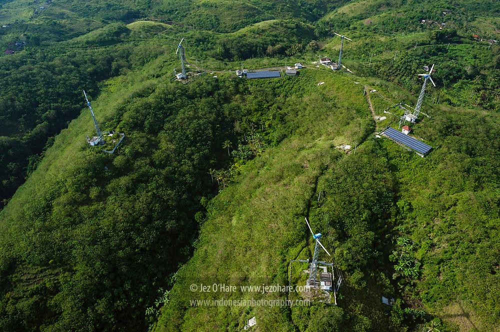 Pembangkit listrik tenaga surya dan angin, Nusa Penida, Klungkung, Bali, Indonesia.
