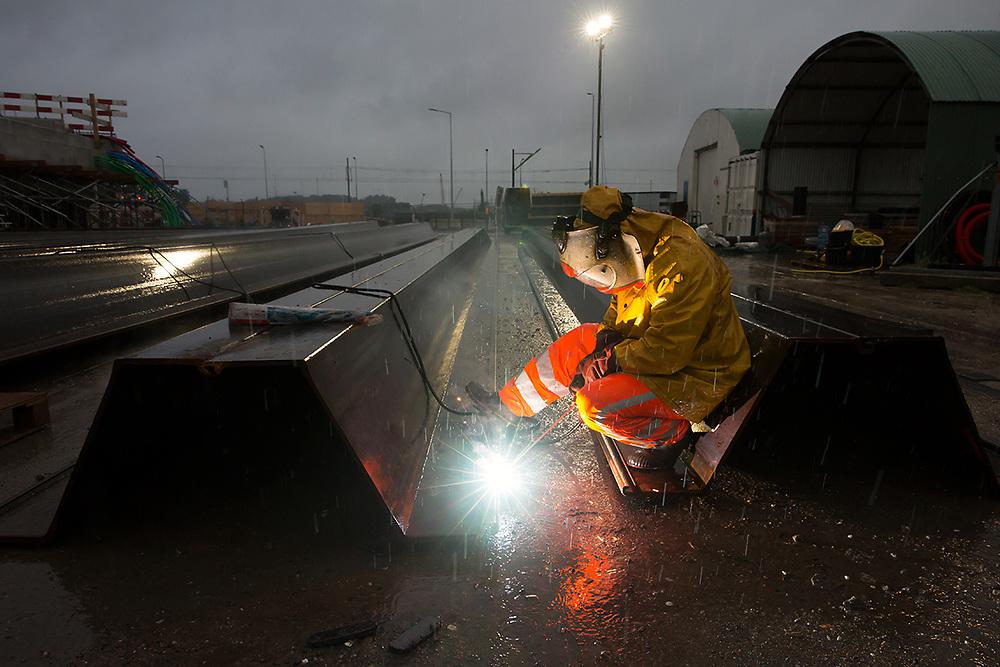 In de weekenden van 28 tot 30 Juli en 4 tot 6 Augustus wordt de verbindingsboog van de A13 afgesloten om een dek te plaatsen waar de Rotterdamsebaan onderdoor komt. In het eerste weekend wordt de weg uitgeslepen en worden er damwanden geplaatst.