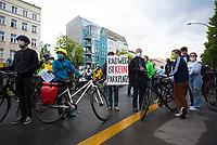 DEU, Deutschland, Germany, Berlin, 28.05.2021: Mahnwache für eine gestern bei einem Verkehrsunfall getötete Radfahrerin am U-Bahnhof Samariterstrasse auf der Frankfurter Allee. Der Fahrradclub ADFC stellte zum Gedenken an die Getötete ein weißes Geisterrad auf.