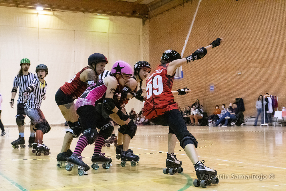 Madrid, Spain. 1st December, 2018. Three players of Roller Derby Madrid B trying to block tha jammer of Lisboa Troopers Roller Derby, #112 Mousy Bites. © Valentin Sama-Rojo