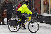 Een medewerkster van de RAVU fietst op een ambulancefiets in de binnenstad van Utrecht. De fiets wordt vooral ingezet tijdens drukte, om in geval van nood de eerste hulp te kunnen bieden. Met de fiets is de RAVU dan het snelst ter plekke.<br /> <br /> An employee of the ambulance service Ravu is cycling on a ambulance bike. The bicycle is used at busy days to give first aid as soon as possible.