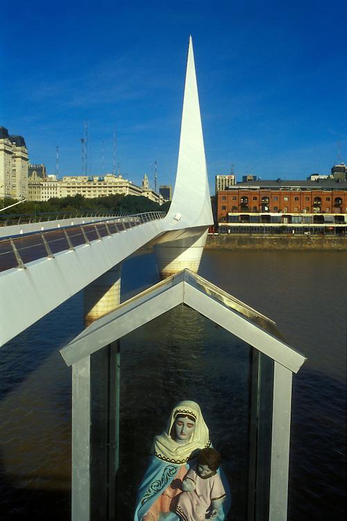 ARGENTINA/ BUENOS AIRES/ Puerto Madero, parte del puerto de Buenos Aires. En la imagen, el Puente de Santiago Calatrava..ARGENTINA/ BUENOS AIRES/ Puerto Madero, part of Buenos Aires harbour. In the image, Santiago Calatrava´s bridge.