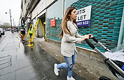 Engeland, London, 9-4-2019 Straatbeeld uit de wijk Brixton die een voor groot deel gekleurde, gemengde, bevolkingssamenstelling heeft . Straatkunst, streetart,muurschildering, graffiti , op een viaduct. Winkelpanden staan leeg en te huur .Foto: ANP/ Hollandse Hoogte/ Flip Franssen