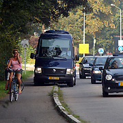 Koninging Beatrix wachtend langs de kant van de weg