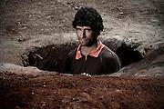 Itapúa, Paraguay<br /> <br /> Además de robarse los animales y rociar los cultivos con glifosato, cuando llega el desalojo tapan todos los pozos de agua. Después de constuir las casa, lo que sigue es volver a cavar.<br /> <br /> El asentamiento 13 de Mayo, en el departamento de Itapuá, Paraguay, fue desalojado 17 veces en seis años y otras tantas volvieron a su tierra. Son 8 hectáreas ocupadas por 40 familias y reclamadas por los sucesores de Amado Cano Ortiz, el ex médico personal del dictador Alfredo Stroessner.