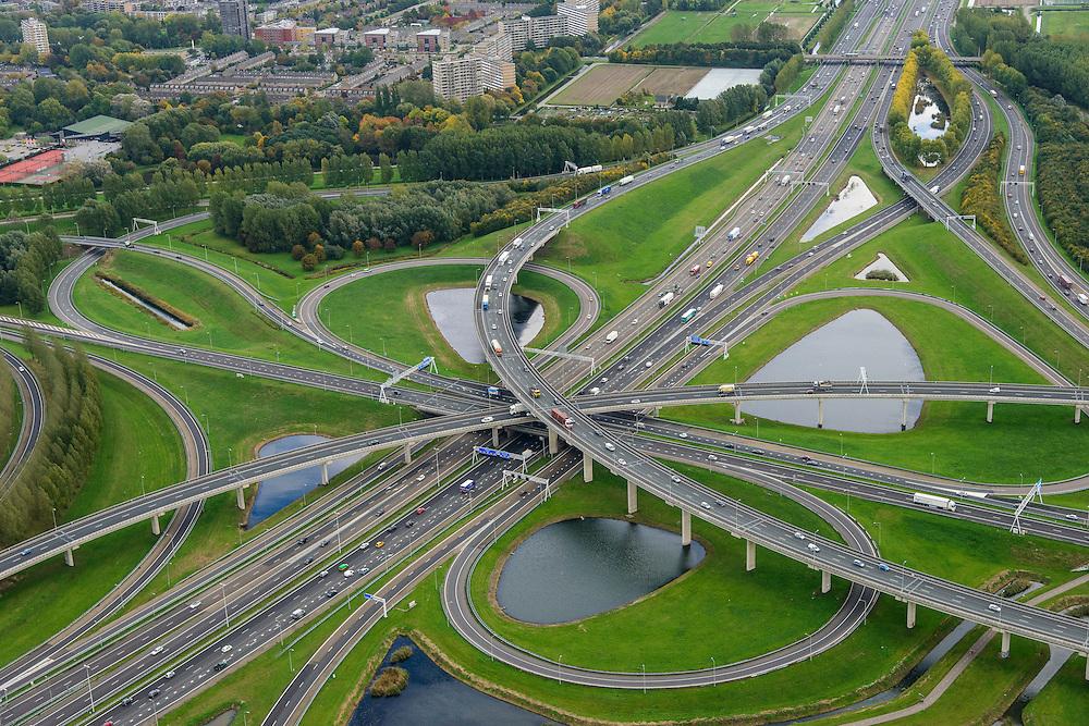 Nederland, Zuid-Holland, Gemeente Rotterdam, 23-10-2013; Knooppunt Ridderkerk, verkeersknooppunt A15 en A16, bijgenaamd 'Ridderster'. Foto in ZZO-richting (naar Breda). Klaverblad met opritten, afritten en fly-overs. De waterpartijen zijn kunstmatige aangelegd en kunnen dienen als bluswater ingeval van calamiteiten.<br /> <br /> Ridderkerk junction, junction A15 / A16, nicknamed 'Ridder star'. Cloverleaf type junction, with ramps, exit ramps and flyovers. The ponds are man-made, the water can be used for firefighting in case of emergencies.<br /> copyright foto/photo Siebe Swart