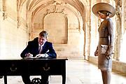 Staatsbezoek van Koning Willem Alexander en Koningin Máxima, aan de Portugese Republiek.<br /> <br /> Statevisit of King Willem Alexander and Queen Maxima to the republic of Portugal<br /> <br /> Op de foto / On the photo: De Koning en Koningin krijgen een korte rondleiding door het Mosteiro dos Jerónimos en<br /> Ondertekenen van het gastenboek. / The King and Queen receive a short tour of the Mosteiro dos Jerónimos and<br /> Signing the guestbook.