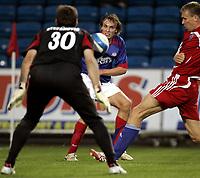 Fotball<br /> UEFA cup<br /> 2. kvalifiseringsrunde<br /> 30.08.07<br /> Ullevaal stadion<br /> Vålerenga VIF - Ekranas<br /> Alexander Mathisen fyrer løs mot Bogdan Stefanovic<br /> Foto - Kasper Wikestad