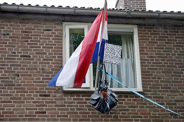Nederland, Nijmegen, 12-6-2013Vlag met boekentas is uitgehangen om te vieren dat het eindexamen is gehaald.Deze week hebben scholieren van het voortgezet onderwijs de uitslag van hun eindexamen gekregen. Bij veel geslaagden gaat traditioneel de vlag uit, met de schooltas aan het einde van de stok.Foto: Flip Franssen/Hollandse Hoogte