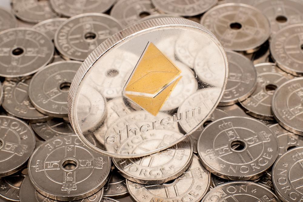 Ethereum-mynt som troner over norske kronestykker.