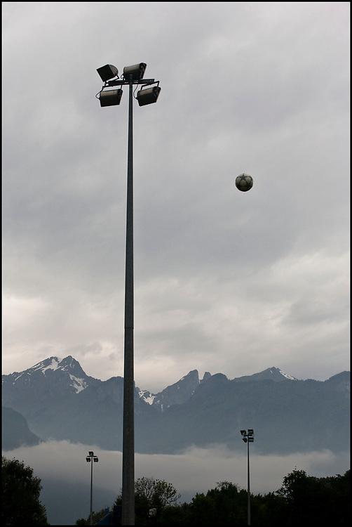 Zwitserland. Aigle, 24-05-2008.<br /> Jeugdvoetbal toernooi met clubjes uit de regio van Lausanne. De Alpen op de achtergrond.<br /> Foto: Patrick Post