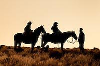 PEONES RECIBIENDO INSTRUCCIONES PARA EL DIA, ESTANCIA LELEQUE, PROVINCIA DEL CHUBUT, ARGENTINA (PHOTO © MARCO GUOLI - ALL RIGHTS RESERVED)