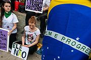 """Santiago Mazzarovich/ URUGUAY/ MONTEVIDEO/ Millones de mujeres se han movilizado en Brasil bajo la consigna #EleNao (""""Él no""""), para repudiar a Bolsonaro, candidato a la presidencia de ese país, por sus dichos y actitudes honofóbicas, racistas y misóginas. <br /> En Uruguay, las mujeres brasileras se sumaron a estas movilizaciones bajo la misma consigna, y realizaron un acto en la Plaza Líber Seregni.<br /> <br /> En la foto: Concentración de mujeres brasileras sumándose a la campaña #EleNao realizada en Brasil. Foto: Santiago Mazzarovich / adhocFOTOS"""