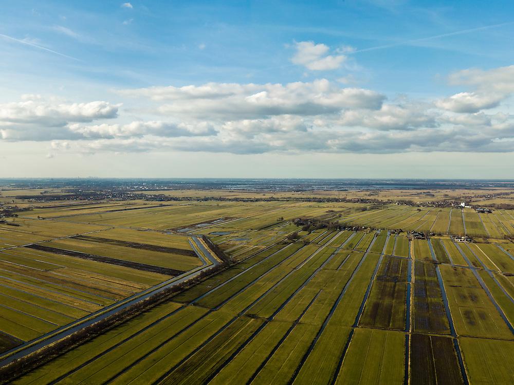Nederland, Zuid-Holland, Gemeente Vlist, 20-02-2012; Krimpenerwaard met Polder Hoenkoop en Polder.Vlist-Oostzijde (links). Kenmerkend voor de inrichting van de polder zijn de regelmatig gevormde ontginningsblokken, zogeheten cope-ontginningen. Aan de horizon Gouda en de Reewijksche Plassen.Krimpenerwaard with various polders. Characteristic for the 'design' of the polder are the regularly shaped reclamation blocks, known as cope reclamations. .luchtfoto (toeslag), aerial photo (additional fee required);.copyright foto/photo Siebe Swart.