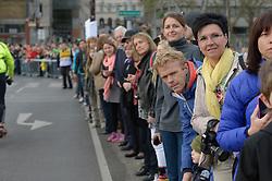 13.04.2014, Wien, AUT, Vienna City Marathon 2014, im Bild warten Zuseher auf die Läufer, Feature // during Vienna City Marathon 2014, Vienna, Austria on 2014/04/13. EXPA Pictures © 2014, PhotoCredit: EXPA/ Gerald Dvorak