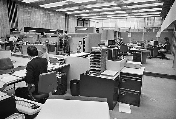 Nederland, Eindhoven, 1-4-1987Een werkruimte in het hoofdkantoor van de Rabobank.In de jaren tachtig, 80, kwam de kantoortuin in zwang. een kantoor zonder afscheidingen. Voorganger van de flexibele werkplek waar niemand meer een vast bureau heeft.Foto: Flip Franssen/Hollandse Hoogte