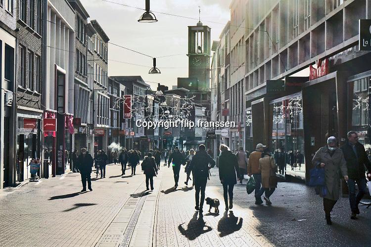 Nederland, Nijmegen, 20-11-2020 In de stad is het rustig vanwege de verscherpte coronamaatregelen die o.a de horeca op slot hebben gedaan . De Broerstraat, na de oorlog herbouwd.Foto: ANP/ Hollandse Hoogte/ Flip Franssen