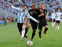 Fotball<br /> VM 2010<br /> Tyskland v Argentina<br /> 03.07.2010<br /> Foto: Witters/Digitalsport<br /> NORWAY ONLY<br /> <br /> v.l. Lionel Messi, Jerome Boateng, Lukas Podolski (Deutschland)<br /> Fussball WM 2010 in Suedafrika, Viertelfinale, Argentinien - Deutschland